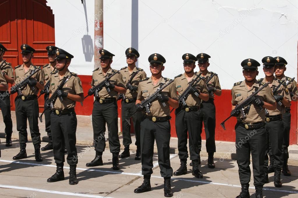 Wiersze Policjantów Z Karabinów Maszynowych W Peru Zdjęcie