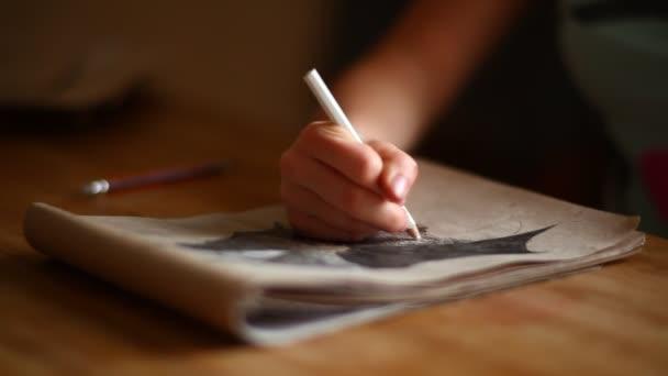 lány művész kezében rajz egy ceruzával