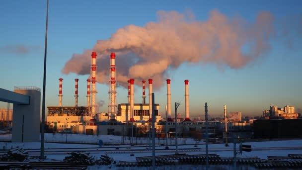 znečišťující továrny za svítání