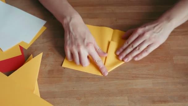 Hände machen Origami Schiff
