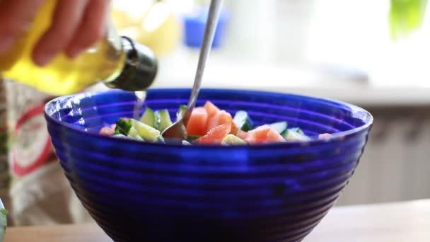 Míchání zeleniny v misce
