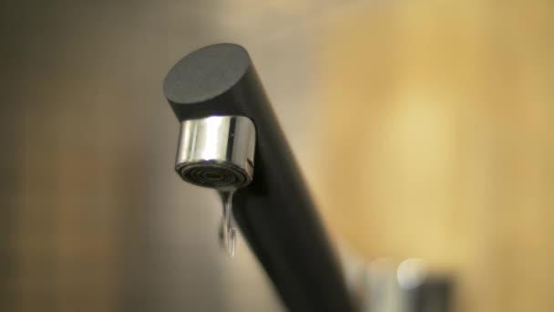 zuhanó vízcseppek tól csaptelep