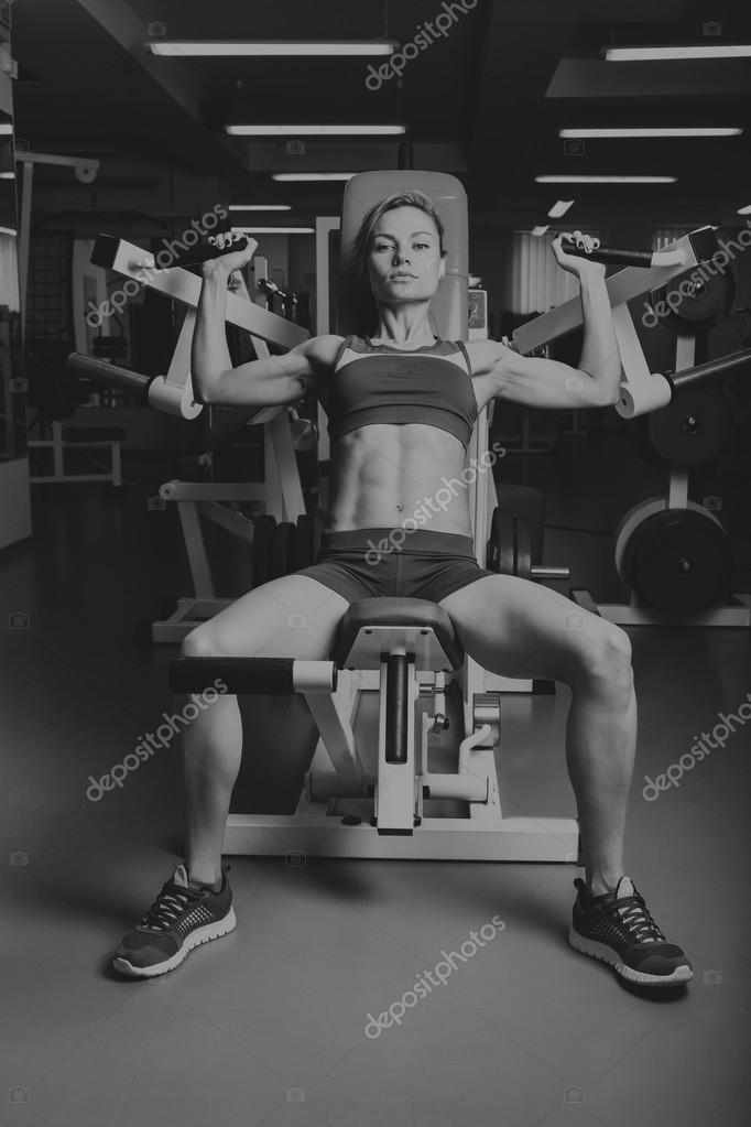 Mädchen Pumpen großen Muskelgruppen in der Turnhalle. Krafttraining ...