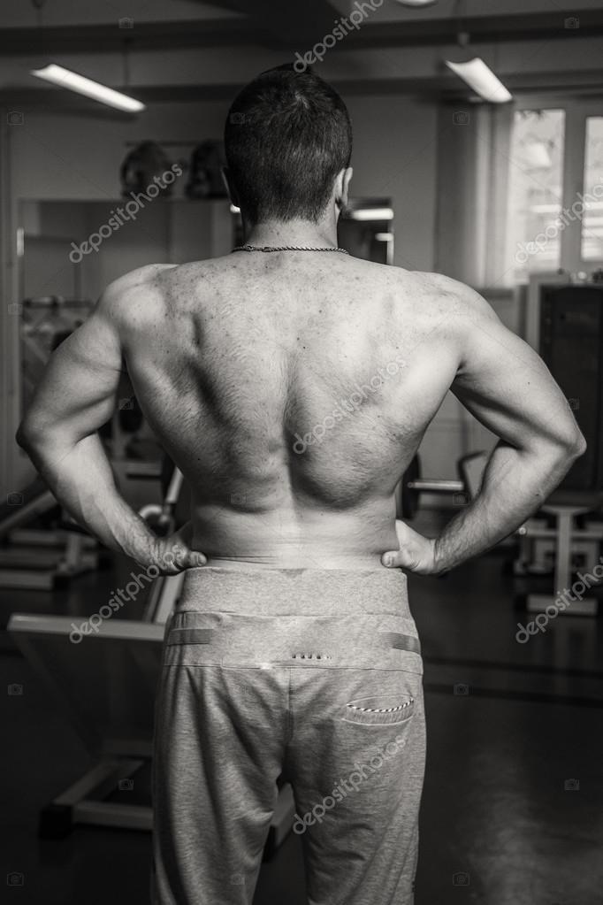 Der Athlet zeigt Muskeln. Auf Ihrem Körper zu arbeiten und das Ziel ...