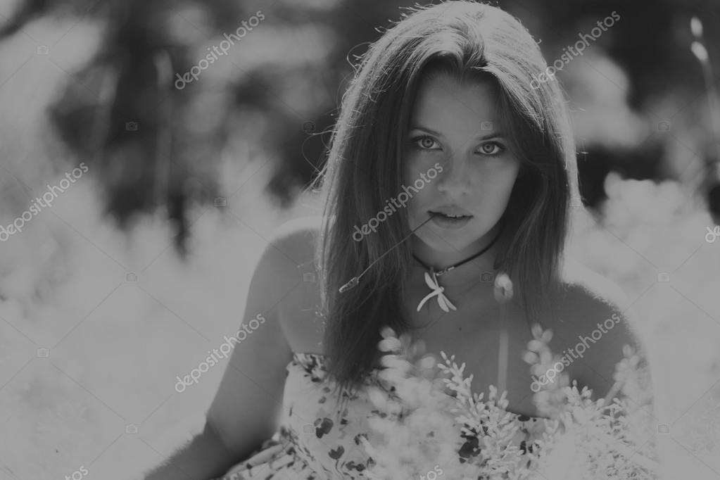 Junge Brünette Frau in einem weißen Kleid. Eine Mädchen steht in der ...