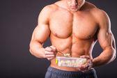 Muskulösen Mann essen gesund essen