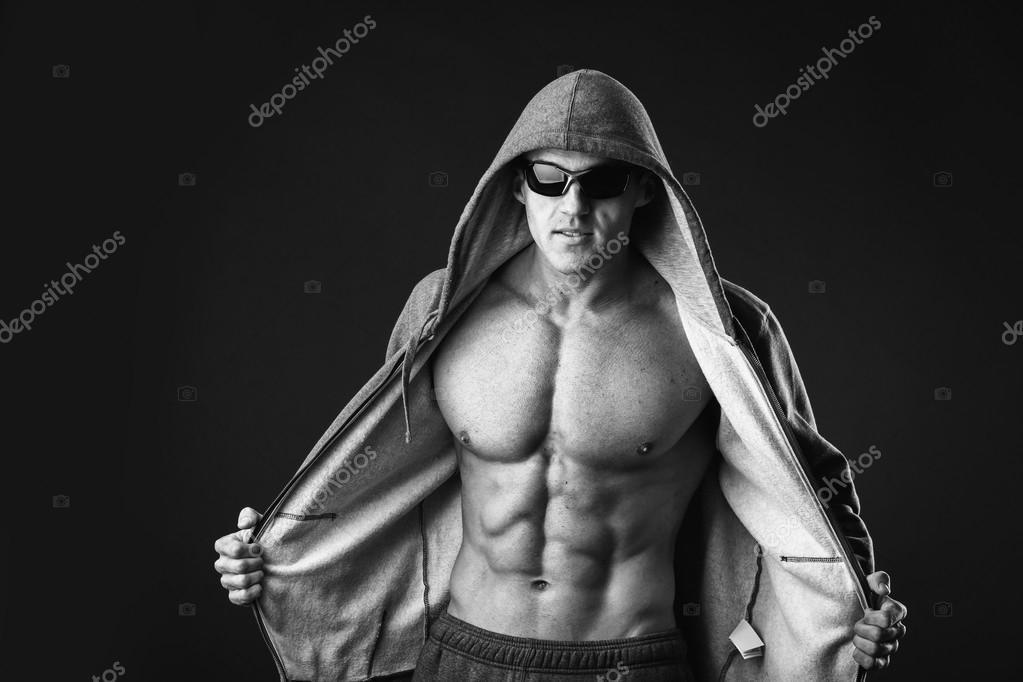 Hombre muestra abs y pecho musculoso — Fotos de Stock © aallm #60982073