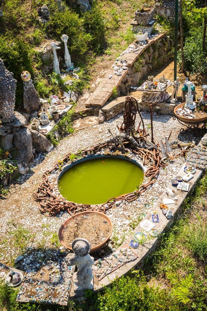 Mediterraner Garten Mit Pool Und Garten Figuren Stockfoto C Aallm