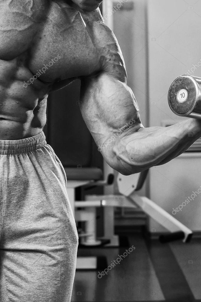 Bodybuilder trainiert die Muskeln der Arme — Stockfoto © aallm #72786977