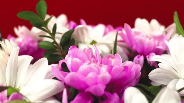 Proces vytváření kytice květin jako dárek na jarní prázdniny, muž klade květinu