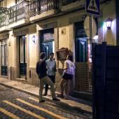Lidé mluví na ulici Lisabon