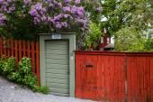 dřevěné dveře s kvetoucími stromy