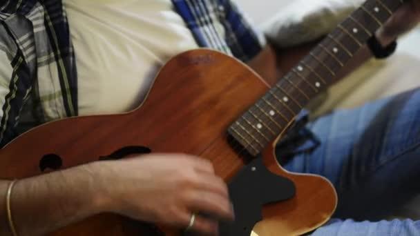 Mann, eine Gitarre zu spielen
