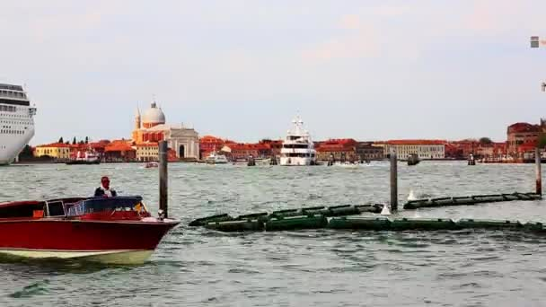 A Grand Canal mozgó hajók