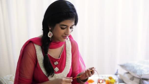 Mädchen schaut Rakhi an