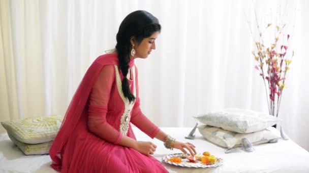 Mädchen bereitet einen Puja Thali vor