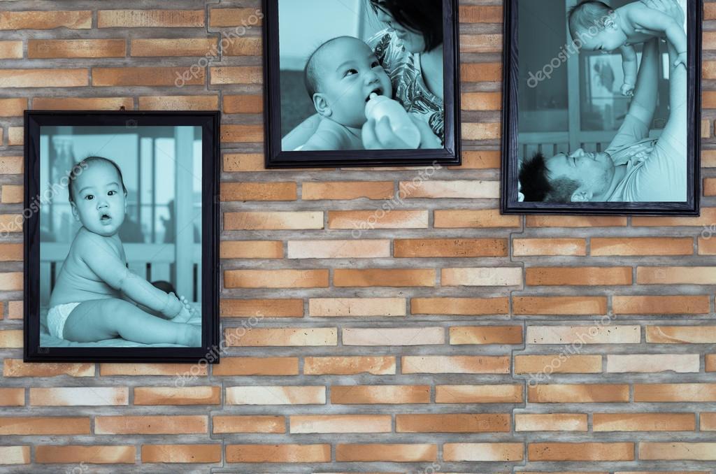 Fondo de la pared del bebé asiático con padre y madre en el marco de ...