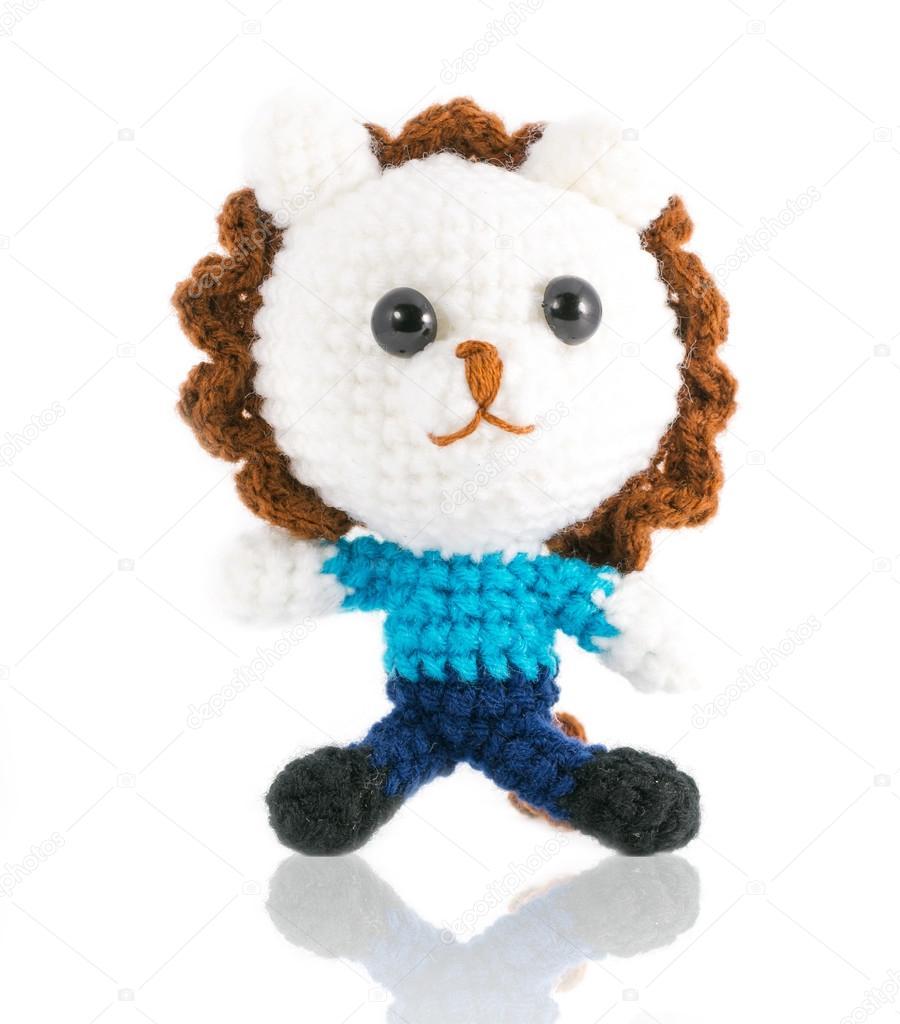 Handarbeit häkeln weißer Löwe Puppe auf weißem Hintergrund ...