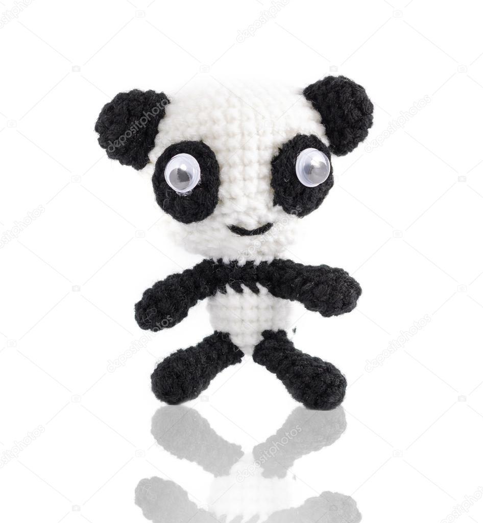 ganchillo hecho a mano muñeca de panda blanco sobre fondo blanco ...