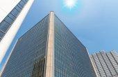 Moderní kancelářské budovy skleněných mrakodrapů se sluncem