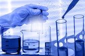 Fotografie Chemická laboratoř, vědec klesá činidla do testování fla