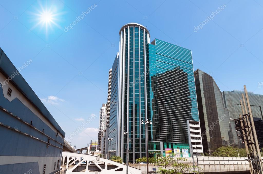 Moderno de negocios construcción de área de vidrio en el centro de ...