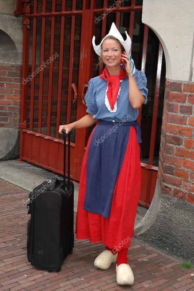 Nederlandse Kleding.Jonge Nederlandse Vrouw In Traditionele Kleding Redactionele