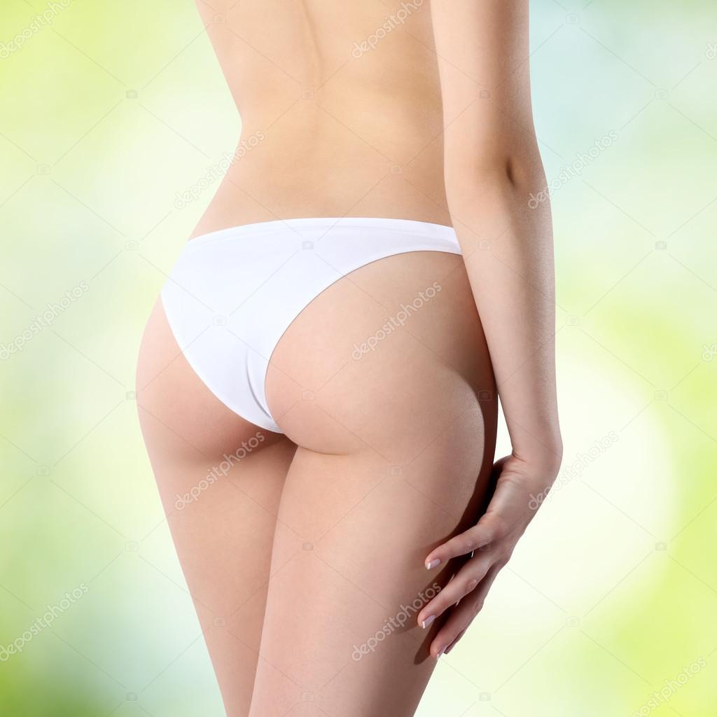 4a4be4264b Natiche femminili in mutandine bianche su sfondo verde — Foto Stock ...