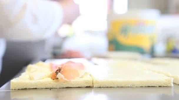 Rukou šéfkuchaře připravit sendviče