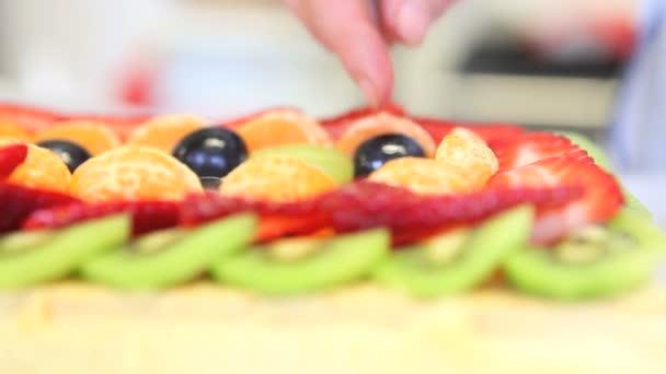 Kezek cukrászsütemény séf, aki előkészíti a gyümölcs torta