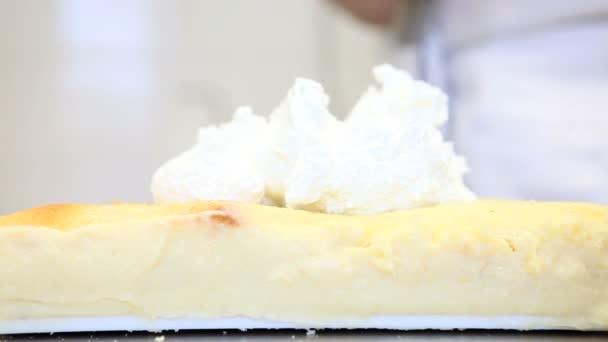 Rukama těsto šířit krém na dort