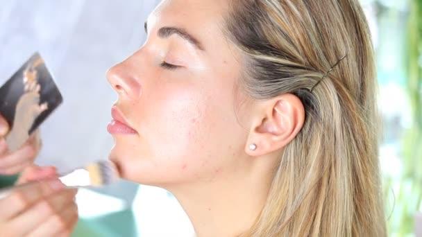smink művész alkalmazása a kozmetikai tonális Alapítvány az arcon, ecset segítségével