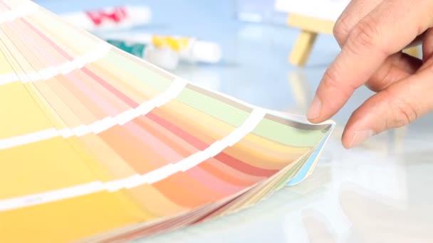 Výběr z palety barev stupnice, ukazující ruku
