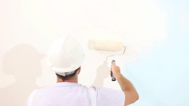 Malermann bei der Arbeit, mit Rollenmalwand, Malerhauskonzept