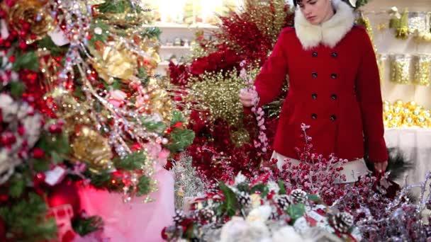 žena nakupování vánočních ozdob v trhu ukládat