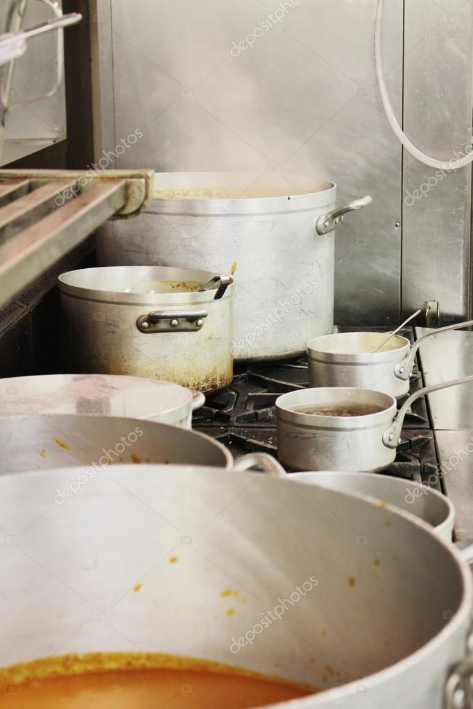 Küche Töpfe und Pfannen — Stockfoto © neillangan #89675608