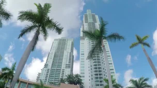Wolkenkratzer und moderne Wohnungen-Gebäude in Großstadt-block