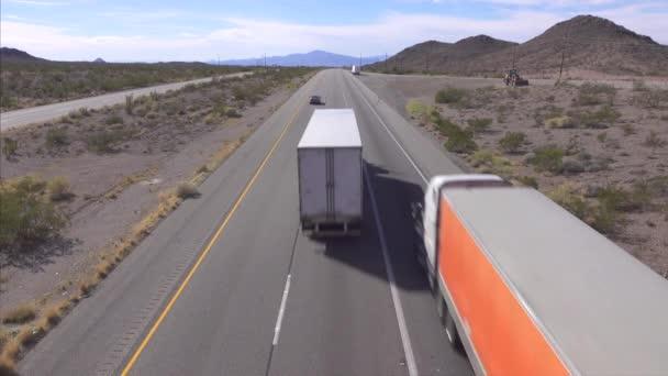 Osobní a nákladní automobily, jízdy na rušné dálnici, nákladní návěs nákladní přepravu zboží