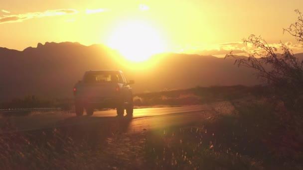 Automobily a nákladní dopravu vozy jízdy na dálnici při západu slunce zlaté letní