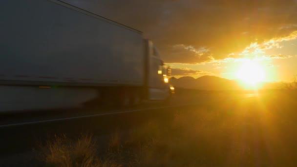 Nákladní návěs truck zrychlení na prázdné silnici přes zlaté slunce na letní slunce