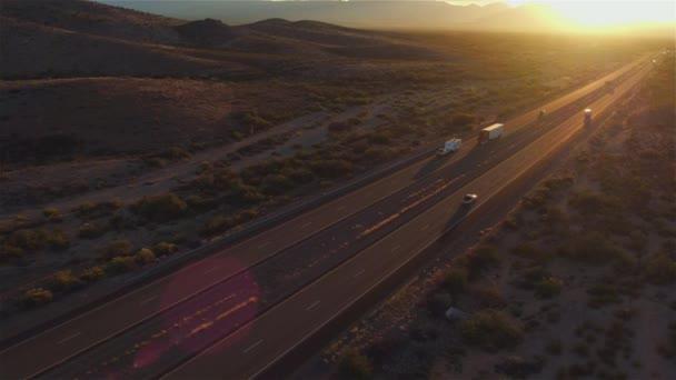 Antény: Osobní a nákladní návěs jízdy na rušné silnici v létě slunce