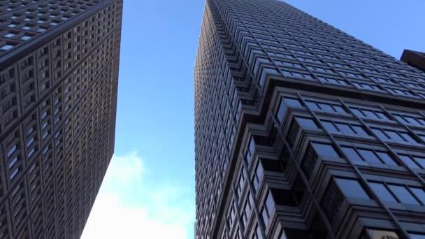 Fahrt durch Großstadt mit gläsernen Wolkenkratzern und Bürogebäude