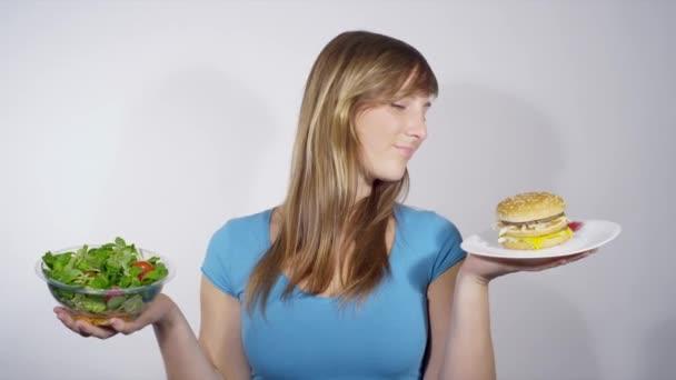 Žena, volba mezi rychlé a zdravé potraviny