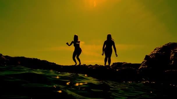 Holky, skákání do vody