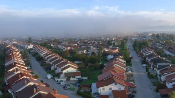 Mlhavé ráno ve městě