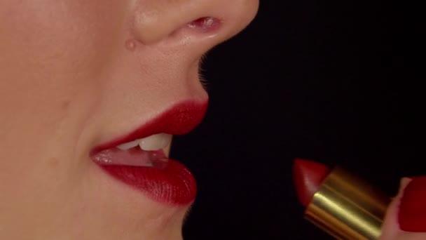 žena používat červenou rtěnku na rtech