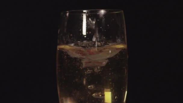 Jahody spadající do šampaňské