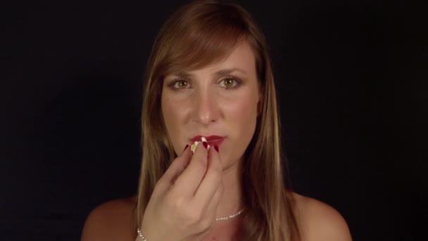 žena jíst popcorn
