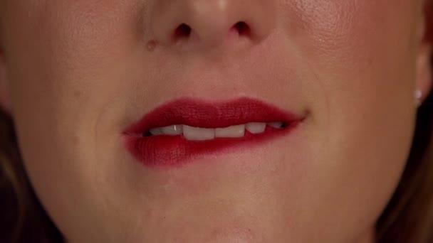 Žena, kousání červené rty
