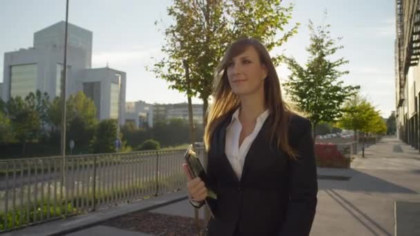 Donna di affari che cammina per funzionare